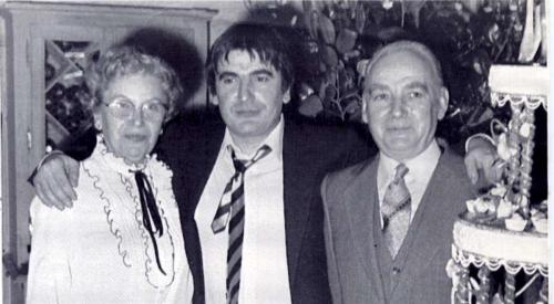 serge-lama-entroue-de-ses-parents-georgette-et-georges-chauvier-a-l-issue-de-son-tour-de-chant-au-grand-rex-a-paris-en-fevrier-1984.jpg