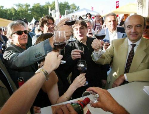 alain-delon-luc-ferry-serge-lama-patrick-poivre-d-arvor-et-alain-juppe-levent-leurs-verres-lors-de-la-fete-du-vin-a-bordeaux-le-29-juin-2002.jpg